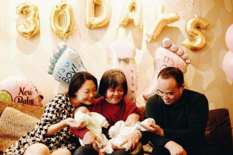 三个大人与两个小孩